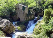 Résurgence de La Vis sous un moulin de La Foux